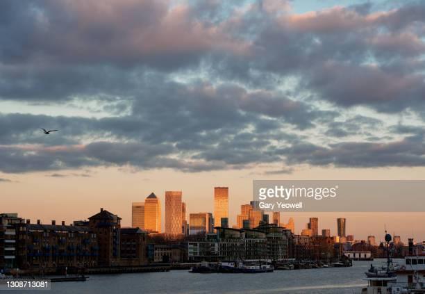 london city canary wharf skyline at sunset - river stock pictures, royalty-free photos & images