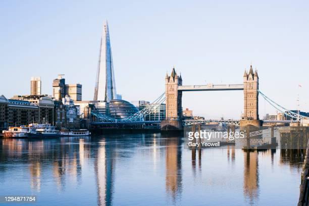 london city skyline and river thames at sunrise - londres photos et images de collection