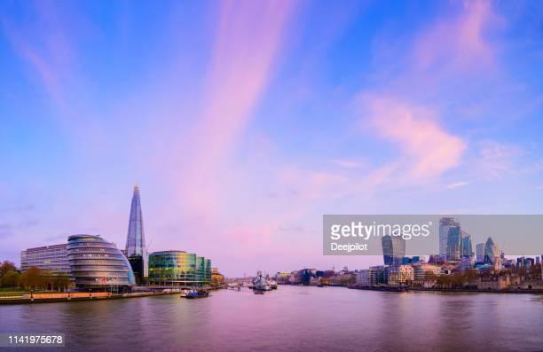 london city skyline en de rivier de theems bij zonsondergang, uk - theems stockfoto's en -beelden