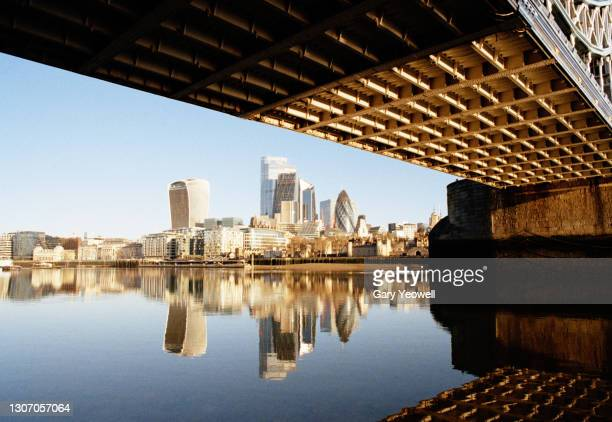 london city skyline with tower bridge and river thames at sunrise - horizon over land stock pictures, royalty-free photos & images