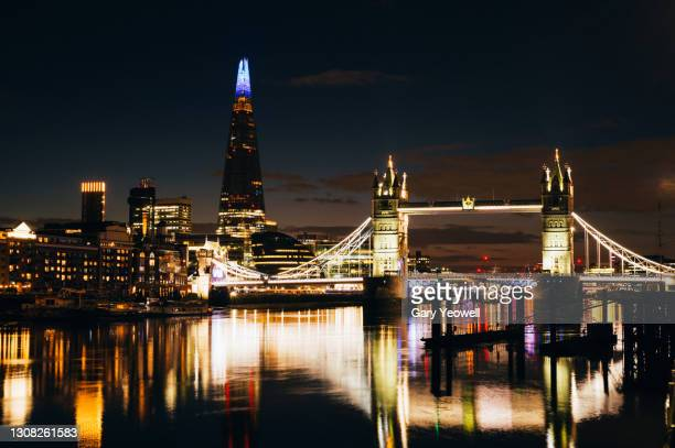 london city skyline with tower bridge and river thames at sunset - horizon over land stock pictures, royalty-free photos & images
