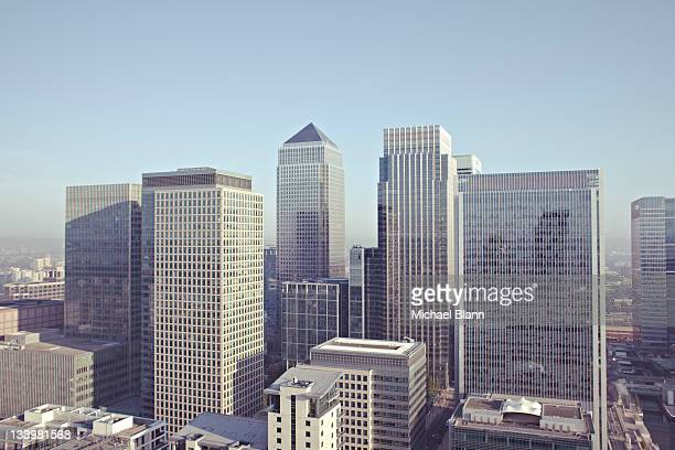 london city view including canary wharf - wolkenkratzer stock-fotos und bilder