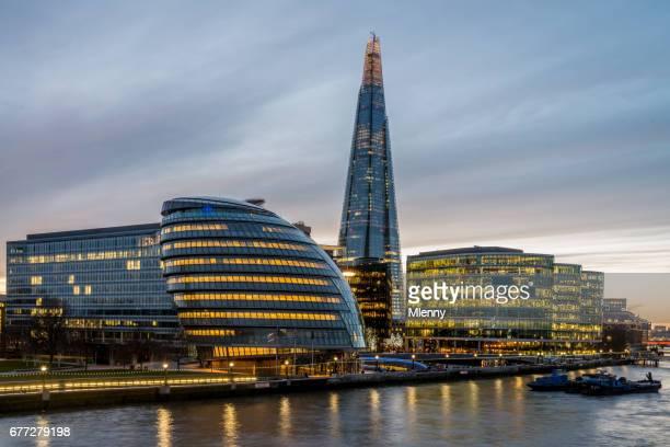 Londoner Stadtbild die Scherbe und Themse in der Dämmerung