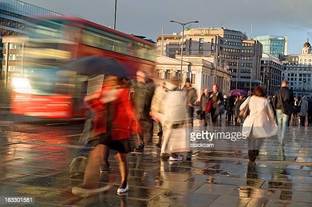 London commutersand autobús en la lluvia, desenfoque de movimiento