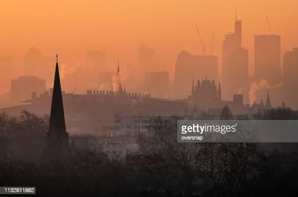de dageraad van londen - luchtvervuiling stockfoto's en -beelden