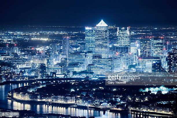 london docklands city skyline at night - london docklands stock pictures, royalty-free photos & images