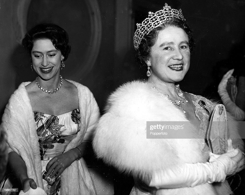 London, England, 10th, March, 1959, H,R,H, Princess Margaret wears a sparkling smile and jewellery as she arrives with the Queen Mother for a Royal Ballet Benevolent Fund Gala at the Royal Opera House, Covent Garden : News Photo