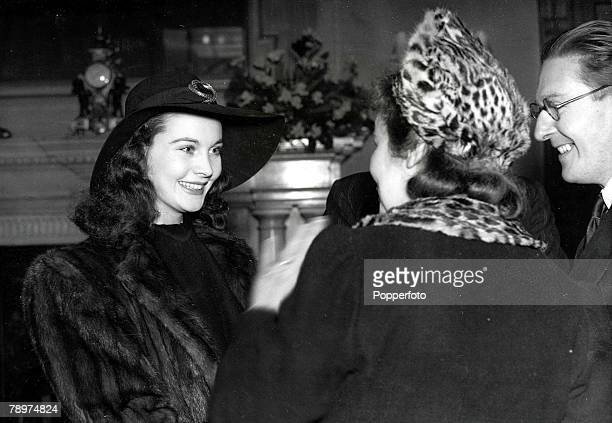 London England 15th January Actress Vivien Leigh star of the film 'Gone With The Wind' talking with guests during a press receptiion held by Sir...