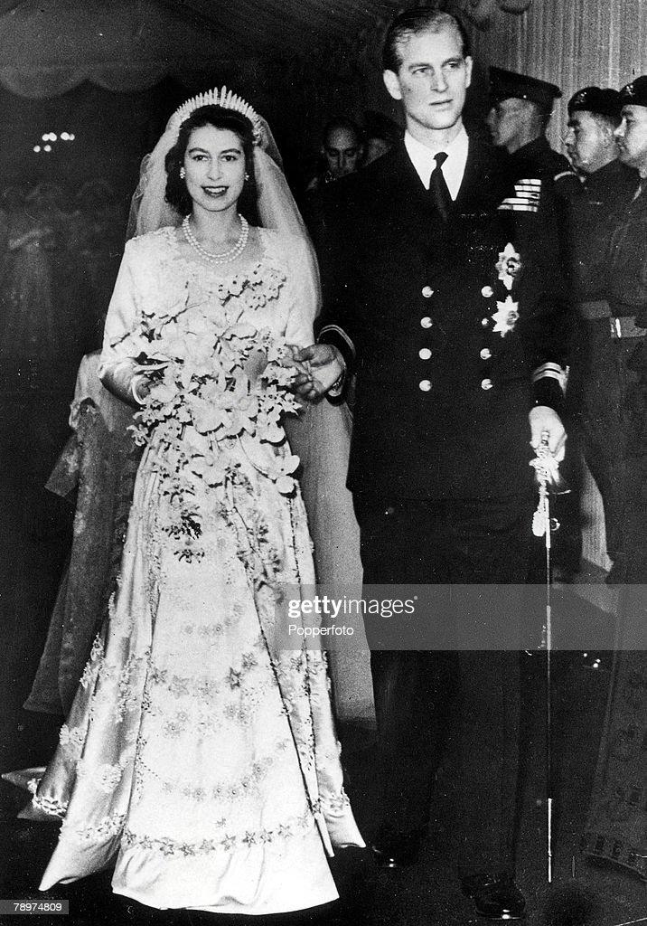 London, England. 20th November, 1947. Princess Elizabeth (later Queen Elizabeth II) and Philip Mountbatten pictured leaving Westminster Abbey after their wedding ceremony. : Fotografía de noticias