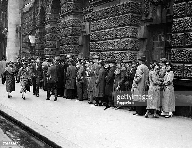 London England 27th May A long queue of people form outside the Old Bailey court where Mrs Alma Rattenbury and her former chauffeur George Percy...