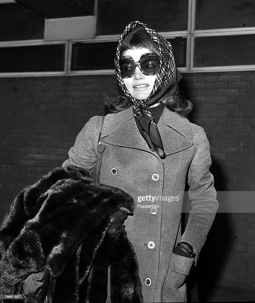 London, England, 3rd January 1972, Jackie Kennedy Onassis is pictured leaving London's Heathrow for the USA : News Photo