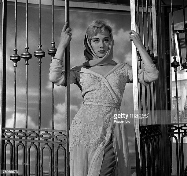 London England Actress Carole Lesley is pictured posing at a portrait studio
