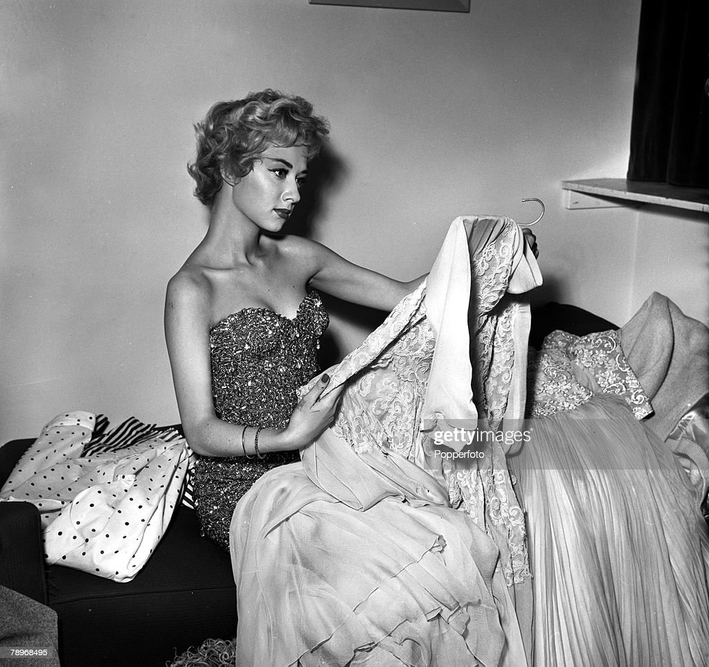 London, England. 1957. Actress Carole Lesley is pictured with some of her clothes at home. : Foto di attualità