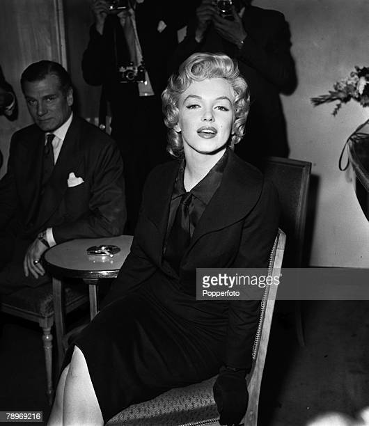 London England American actress Marilyn Monroe is pictured at a press reception at the Savoy Hotel with British actor Laurence Olivier