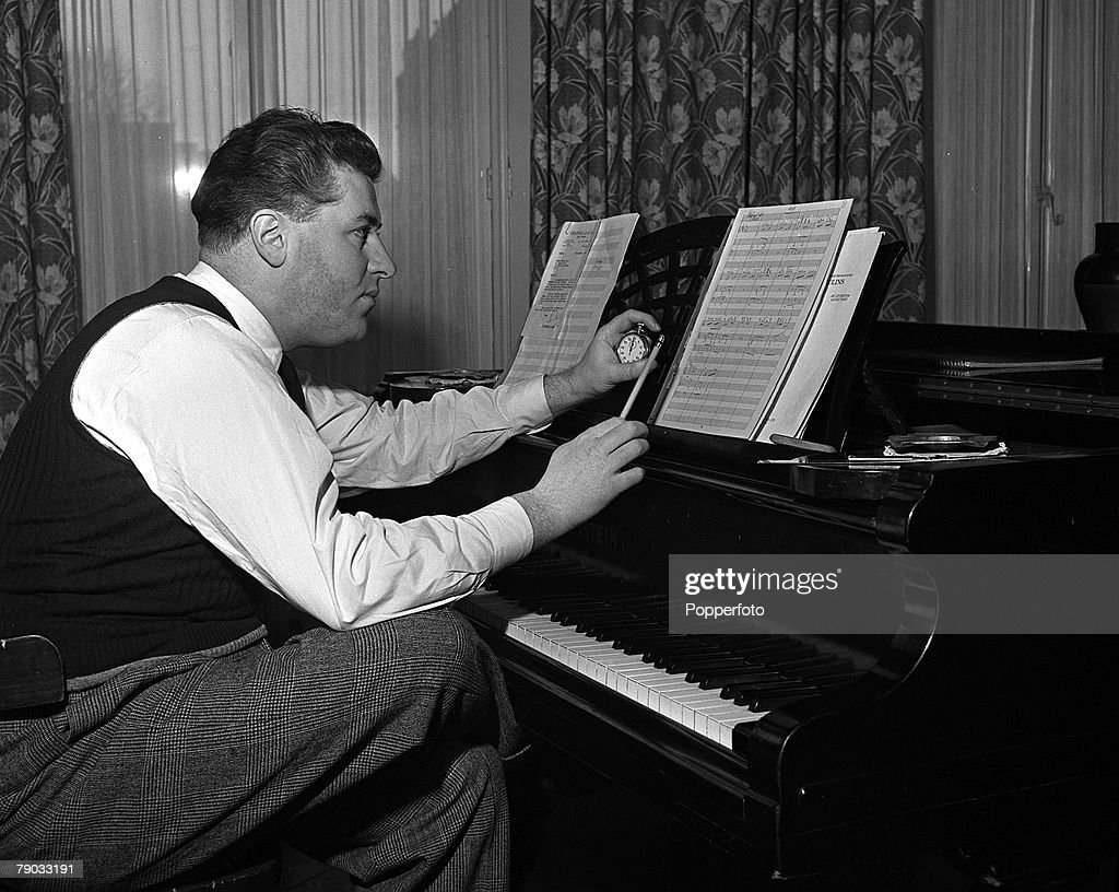 London, England. 1949. Canadian music composer and orchestra leader Robert Joseph Farnon is pictured playing the piano at his Earls Court home. : Nieuwsfoto's