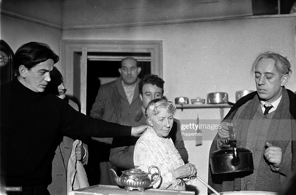 London, England, 1955, Making the film 'The Ladykillers', Director Alexander (Sandy) Mackendrick (left) explains to Danny Parker (in background), Peter Sellers, Katie Johnson and Alec Guinness (right) how he wants the scene acted