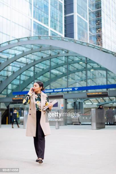 uk, london, fashionable businesswoman on the phone - vertical red tube fotografías e imágenes de stock