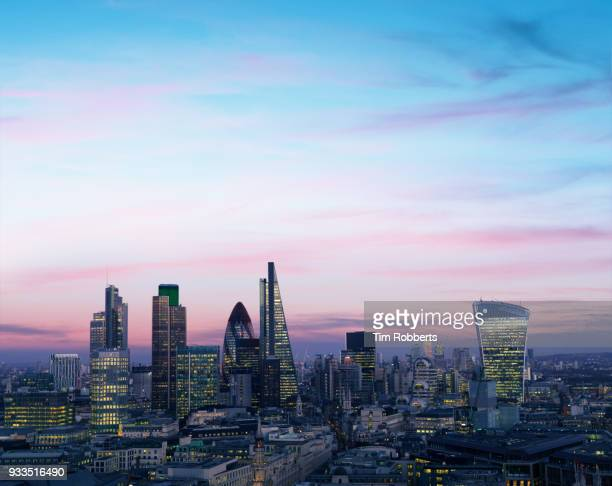 london financial district at night. - skyline photos et images de collection