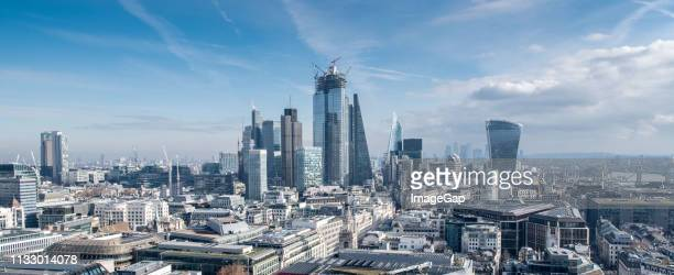 london financial district skyline - bankenviertel stock-fotos und bilder