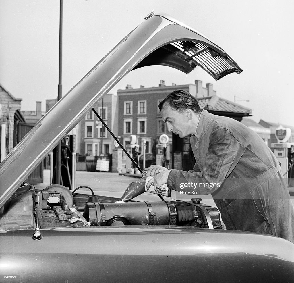 Oiling engine pictures getty images london garage owner george langdon of brixton offers his customers a do it yourself solutioingenieria Choice Image