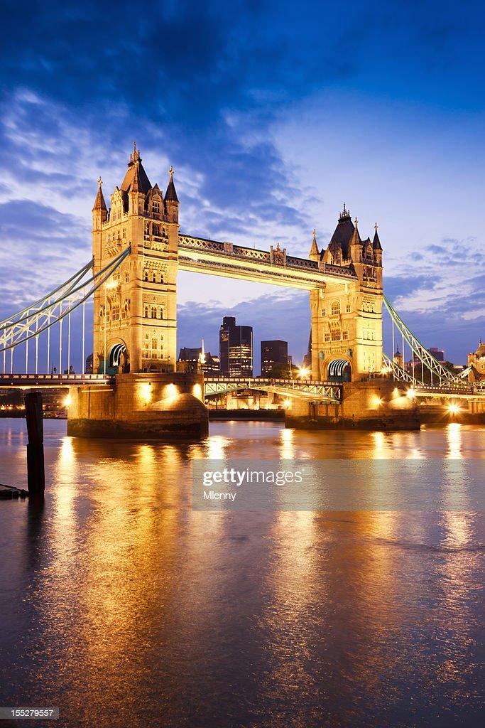 london great britain tower bridge die themse bei sonnenuntergang twilight motiv stock foto. Black Bedroom Furniture Sets. Home Design Ideas