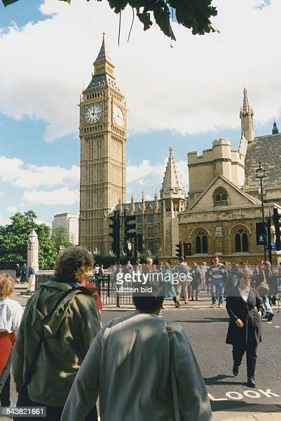 Touristen / Menschen auf der Straßenkreuzung vor dem Parlamentsgebäude / Houses of Parliament und Glockenturm Big Ben