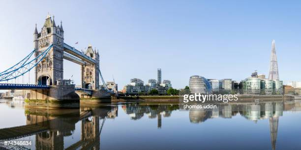 london icon and the city skyline across the south of thames, at sunrise - panoramic view - fluss themse stock-fotos und bilder
