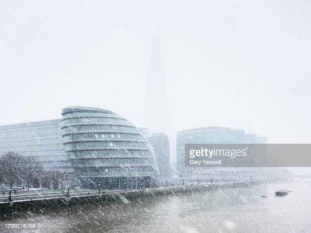 london in snow - horizon over land stock pictures, royalty-free photos & images