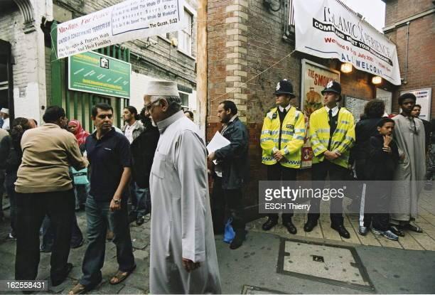 London In The Aftermath Of The Attacks Le lendemain des attentats de Londres après la prière de midi des fidèles sortant du Muslim Welfare House de...