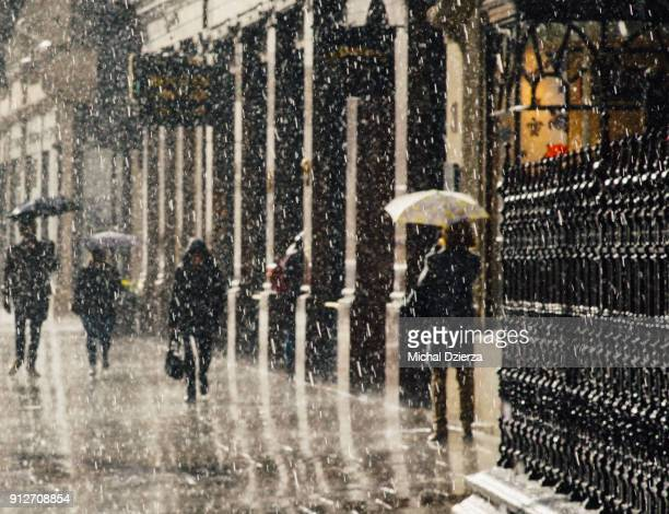 london in the rain - rain stock pictures, royalty-free photos & images