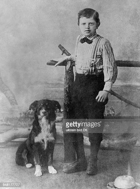 London Jack Writer Journalist USA *12011876 Portrait as a young boy with a dog ca 1900 Vintage property of ullstein bild