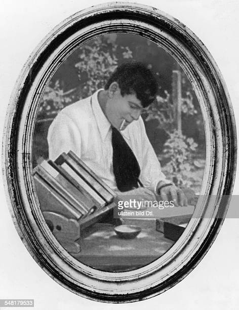 London Jack Writer Journalist USA *12011876 Portrait at work writing ca 1918 Published in 'Fridolin' 18/1918 Vintage property of ullstein bild