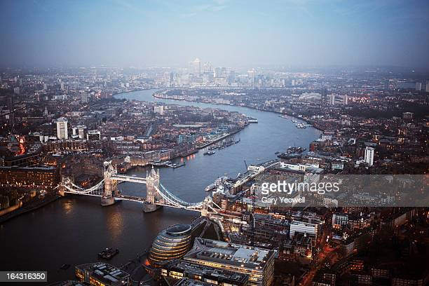 london looking east along river thames at dusk - yeowell stock pictures, royalty-free photos & images