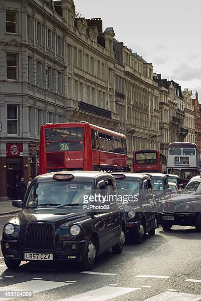 london -  many cabs and bus on street - pjphoto69 個照片及圖片檔