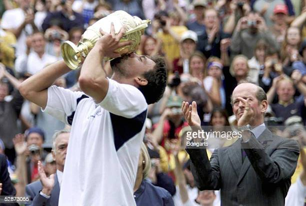 MAENNER London Patrick RAFTER/AUS Goran IVANISEVIC/CRO Sieger Goran IVANISEVIC/CRO kuesst den Pokal rechts der Herzog von KENT