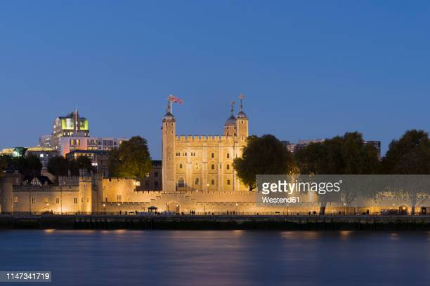 uk, london, river thames, tower of london at night - tower of london stock pictures, royalty-free photos & images