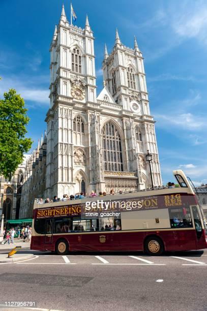 ロンドン定期観光バスは、ウェストミン スター寺院の前を通過します。 - ウェストミンスター寺院 ストックフォトと画像