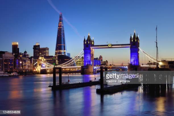 london skyline at night - international landmark stock pictures, royalty-free photos & images