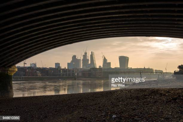 london skyline from under blackfriars bridge - low tide stock pictures, royalty-free photos & images