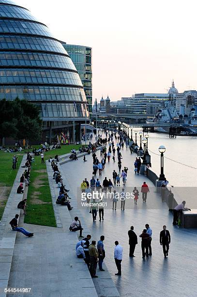 uk, london, south bank, city hall and queen's walk along the river thames - ロンドン サウスバンク ストックフォトと画像