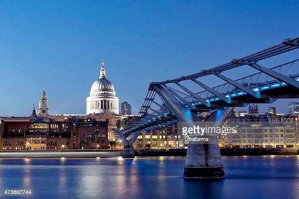 ロンドンセントポール大聖堂、ミレニアム橋の夜 - セントポール大聖堂 ストックフォトと画像