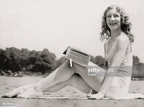 London Sunbathing girl in her bathing suit in Hyde Park smoking a cigarette and reading a book Photography 1932 [London Maedchen in Badeanzug beim...