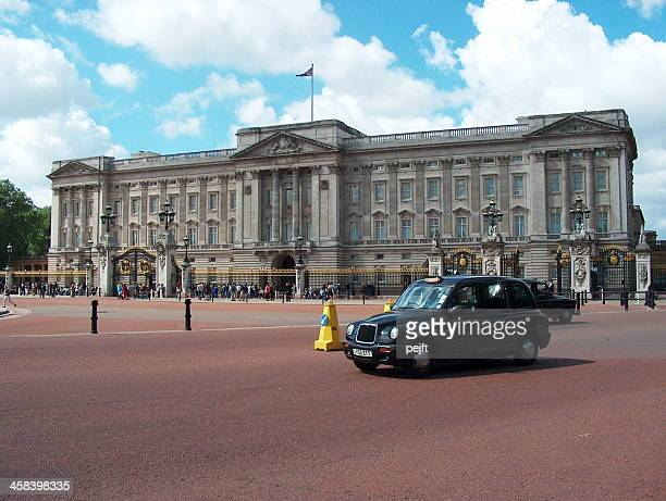 london taxi and buckingham palace - pejft stock pictures, royalty-free photos & images