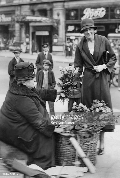 London The American Aviatrix Amelia Earhart Buying Flowers In Piccadilly In May1932