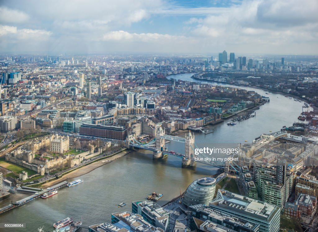 London, Tower Bridge and The River Thames looking east in winter. : Foto stock