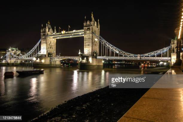 """london tower bridge over the river thames in london uk at nighy - """"sjoerd van der wal"""" or """"sjo"""" stock pictures, royalty-free photos & images"""