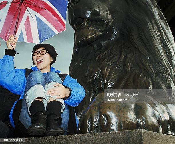 uk, london, trafalgar square, young woman holding union flag umbrella - nationell sevärdhet bildbanksfoton och bilder
