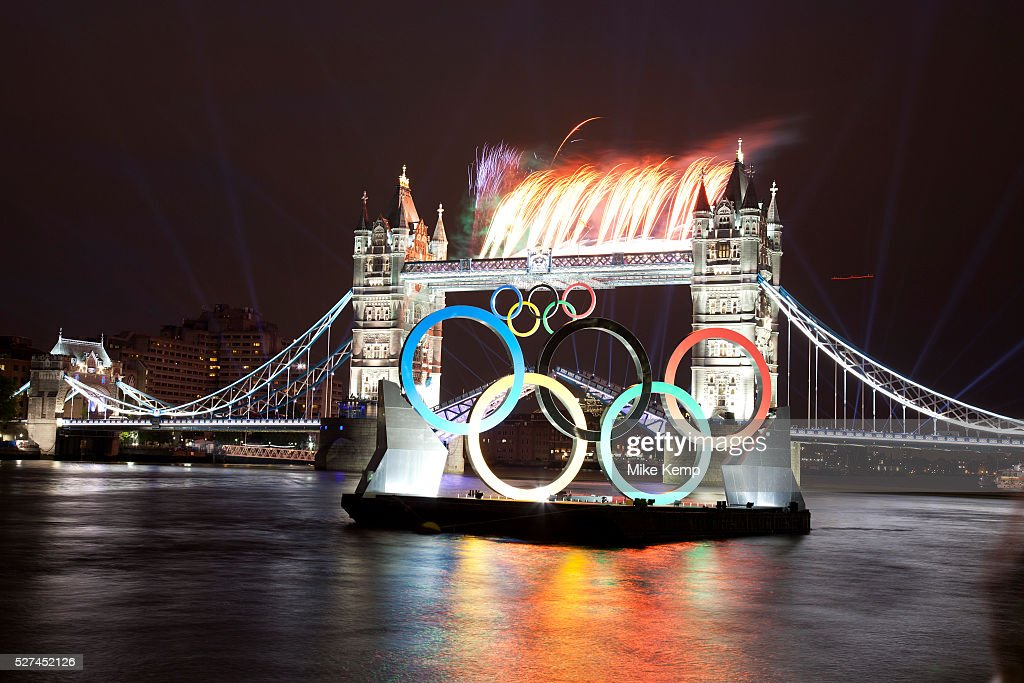 UK - London 2012 Olympics - Olympic flame passes Tower Bridge : ニュース写真