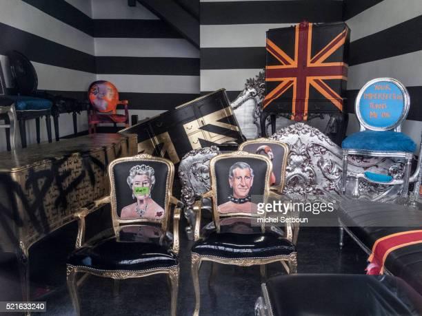 london. uk. painting of queen elisabeth and prince charles on a chair. brick lane street - britisches königshaus stock-fotos und bilder