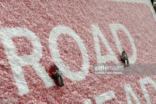london, uk. road sign. snow 2021 - howard pugh stock pictures, royalty-free photos & images